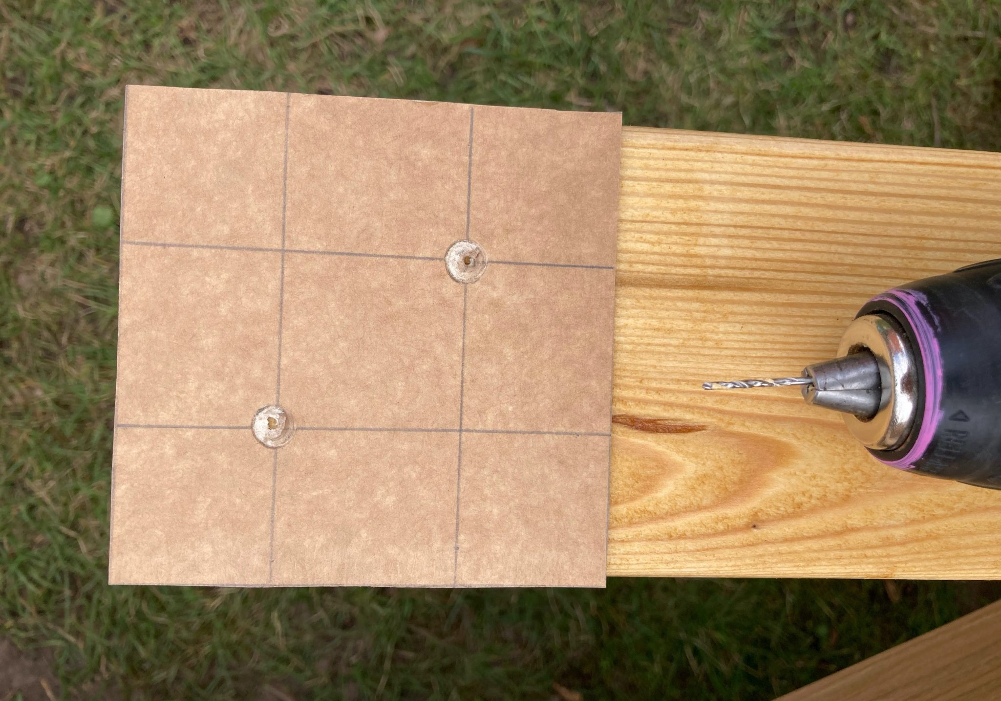 Lav en skabelon og forbor i hullerne. Så sidder skruerne pænt.